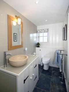 St Davids holiday cottage - wet room