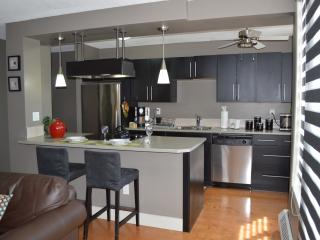 Sunny Mission Apartment - Walk Everywhere!, Calgary