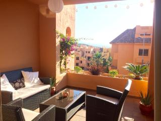 Luxury Modern Apartment with Large Terrace - Free WIFI, San Luis de Sabinillas