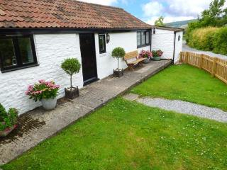 SCRUMPY COTTAGE, one of a group, pet-friendly, WiFi, romantic retreat in Winscombe Ref 927122