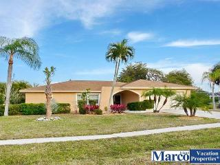 Inviting house w/ spacious heated pool & short walk to beach, Marco Island