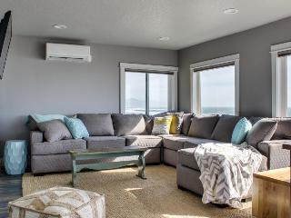 Newly remodeled oceanfront inn w/ 11 units - room for 54!, Oceanside