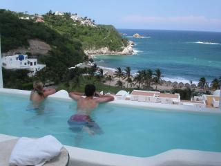 Oceanfront luxury condo w/private pool & bay view, Huatulco