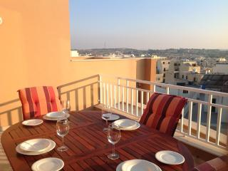 modern 2 bedroom penthouse with a garage and wifi., Marsascala