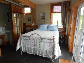 The Brook Room - Blue Tin Roof Bed & Breakfast, Antigonish