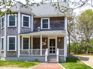 THORB - Contemorary 4 Bedroom 4 Bath, Walk to Oak Bluffs Center and Inkwell Beach-10 minutes