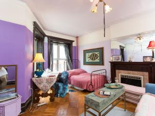 Lovely Purple room in Liberty Home.The city@20 min, Brooklyn