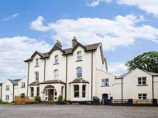 CHESTNUT HOUSE @ MILTON MANOR, three-storeys, large shared gardens, enclosed private patio, near Tenby, Ref 926280, Sageston