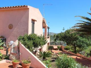 Cottage with garden for 5, very close to the beach, La Maddalena