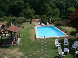 Casale i Girasoli: park and swimming pool, Barga