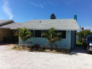 The Mermaid Cottage. Walk To Beach, Shops, Madeira Beach