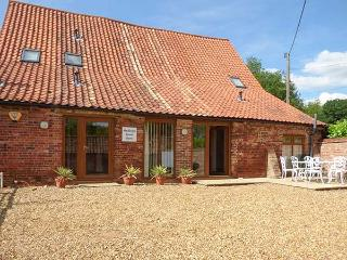 HADLEIGH FARM BARN, barn conversion, woodburner, pet-friendly, WiFi, near King's Lynn, Ref 914136