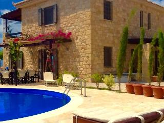 Stone Villa in olive grove, 6 minute drive to sea, Kalo Nero