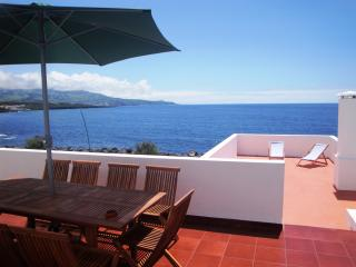 House by the sea! close to the beach, São Miguel