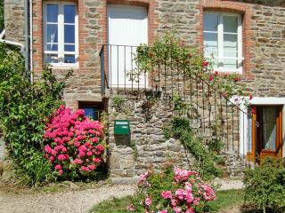 Enchanting semi-detached house in Brittany w/ garden & large terrace – near Saint-Malo, Dinard, Le Minihic-sur-Rance
