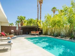 3BR/2BA 50s Classic Palm Springs Home, Pool, Jacuzzi, Fire Pit, Sleeps 6