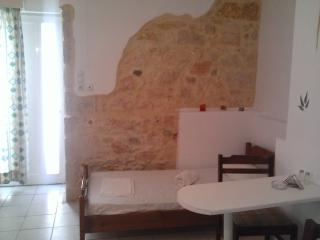 Studio for 2 near city center with a/c., Heraklion