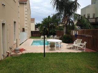 BEAUTIFUL w/ POOL 2 Bed / 2 Bath Condo 2-5 minutes, South Padre Island
