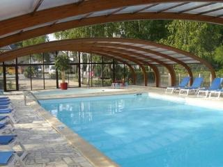 In the Loire Valley, beautiful bungalow at a scenic Onzain resort with 2 pools, multisport field