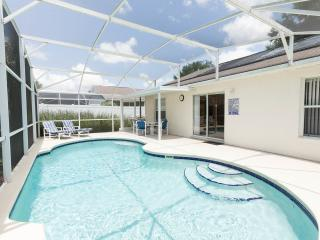 Comfy Pool Home 10 minutes from Disney, Kissimmee