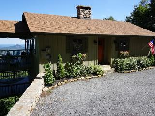 Blissful Vista has breathtaking gorge views, secluded mountain cottage, Blowing Rock