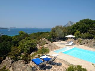 charming villa one step from the sea, Monte Petrosu