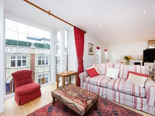 Up-market and comfortable one bedroom apartment just minutes from the river Thames.