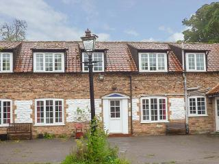 THE MEWS, large detached former farmhouse, four poster, near Bridlington, Ref 922232