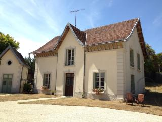 4 bedroom house in grounds of Château with pool, Descartes