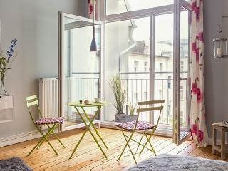 Central Berlin apartment with WiFi, near Opera & Charlottenburg castle, sleeps 6, Berlín