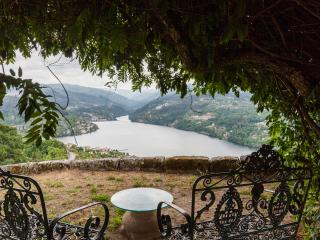 Selfcatering farmhouse- stunning views-private poo, Porto