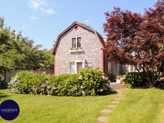 #99 A cozy vacation rental  with a large back yard, Edgartown