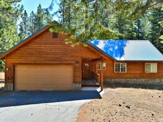Three Pines Family Cabin with Hot Tub, Truckee