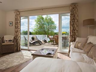 Luxury Lakeside Holiday Lodge, South Cerney