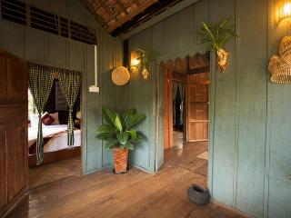 Old Khmer House 2 Beds+BF+Pick Up, Siem Reap