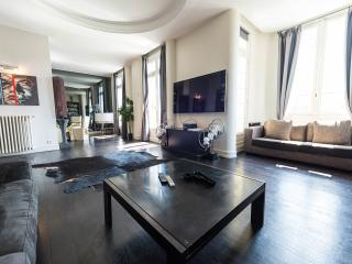 SUR L'AVENUE DES CHAMPS ELYSEES APPARTEMENT, Paris