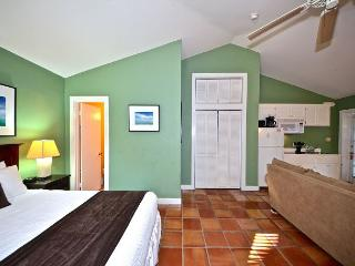 Seagull Suite - Affordable Suite w/ 3 Hot Tubs On Site. Steps to Duval St!, Key West