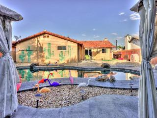 Stunning home for 10 w/ pool & hot tub, next to golf course, Palm Springs