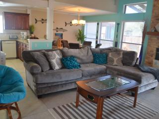 CARLOS FIFTH COURT Spacious canal front home, close to Schlitterbahn and beach!, Corpus Christi