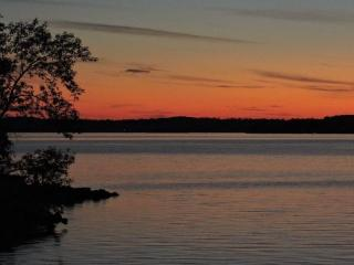 Cottage with beautiful sunsets and great fishing, Gores Landing