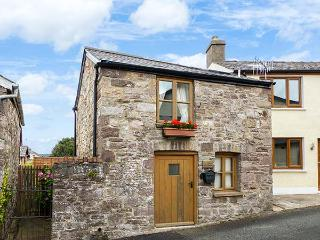THE OLD STABLE, cosy cottage, open plan living area, roadside parking, in Gilwern, Ref 925359, Abergavenny