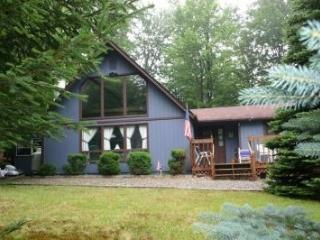 Arrowhead Lake Chalet - Peaceful and Private, Pocono Lake