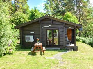 WESTRAY, detached cabin with loch views, front deck, WiFi, Strontian Ref 912474