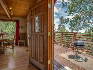 Private hot tub, wood-burning fireplace, near skiing!, Big Bear City
