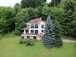 NC 3-Story Mountain Home w/ Spectacular Views, Burnsville