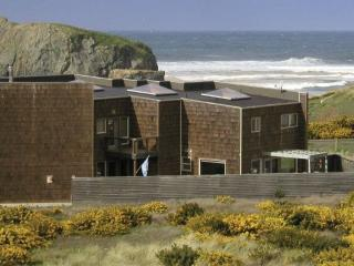 Beautiful Open 3100sf White Water Views, Bandon