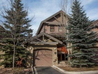 Riverfront BEAVER CREEK Townhouse~ Easy shuttle to Beaver Creek or Vail~ Outdoor Hot Tub~ GORGEOUS!, Avon