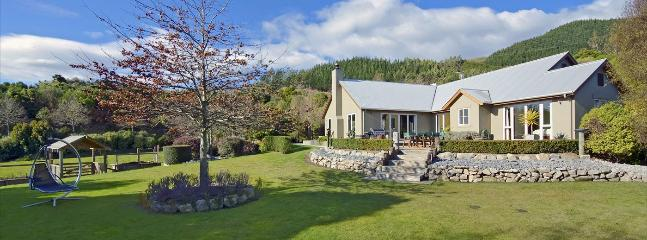Hillside Retreat Richmond Holiday Home with Country Outlook!