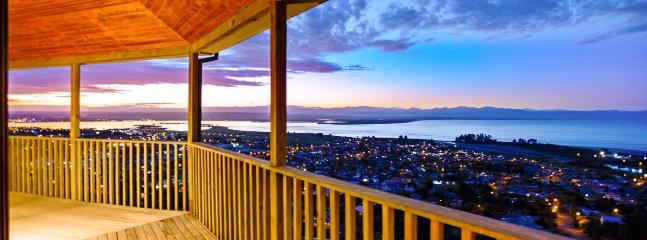 Tasman Vista Nelson Holiday Home with Panoramic Views over the Bay!, Nelson-Tasman Region