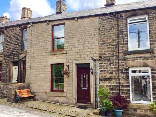 5 VICARAGE LANE family-friendly, village location, fabulous walking all around in Hayfield Ref 14268